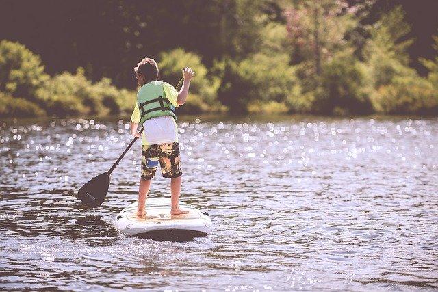 ילד באגם