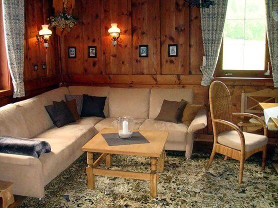 סלון חמים וכפרי בבית הדירות קרויצהוף