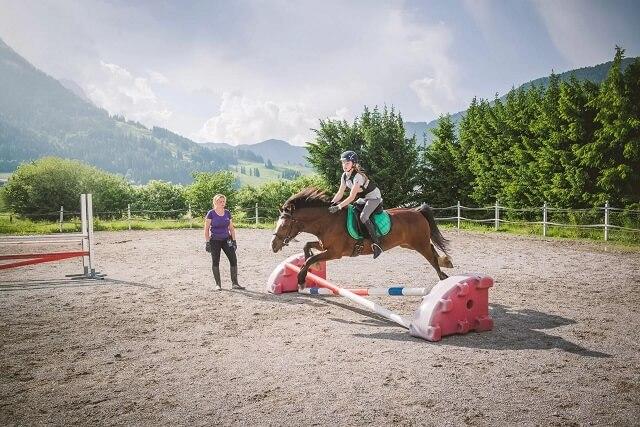 רכיבה על סוס במתחם המלון