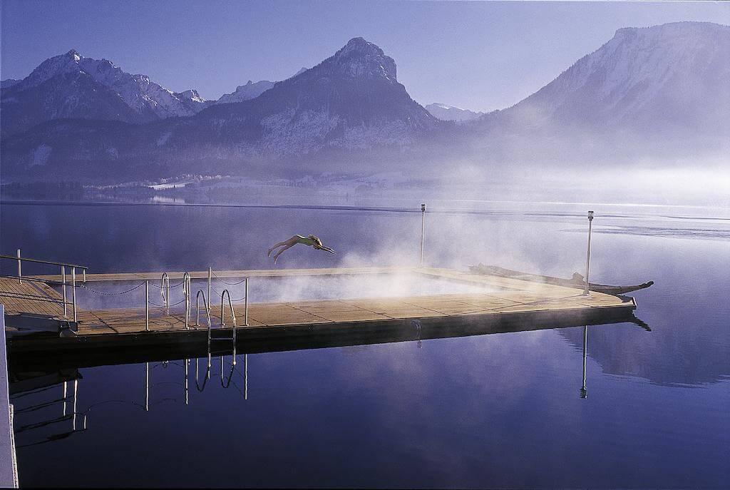 בריכה מחוממת על שפת האגם